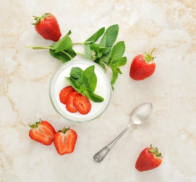 Zuiveldessert met aardbeien