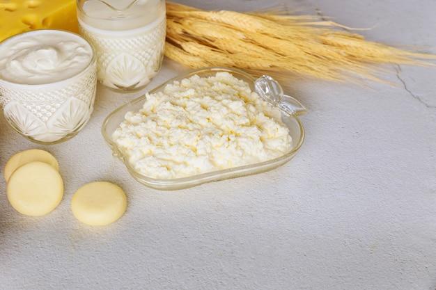 Zuivelproducten met tarwe op wit oppervlak