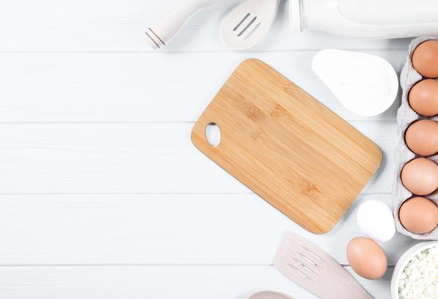 Zuivelproducten op houten tafel, bovenaanzicht