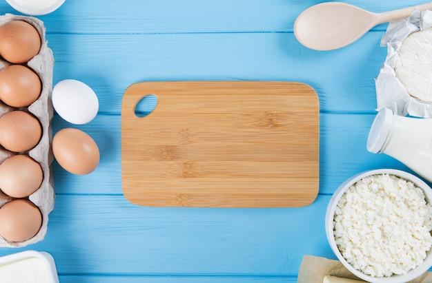 Zuivelproducten op houten tafel. melk, kaas, ei, kwark en boter.
