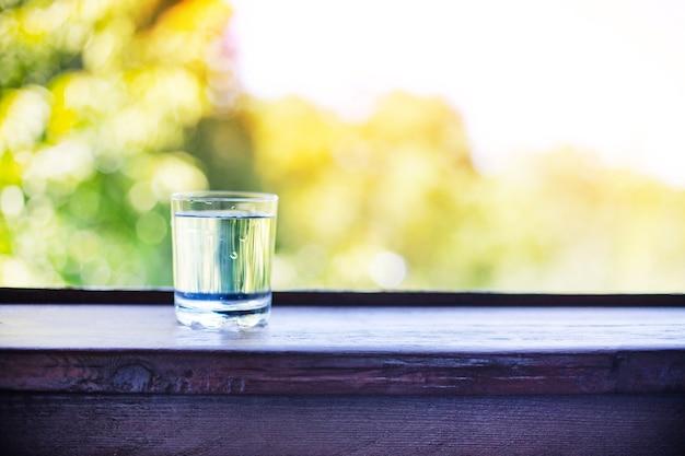 Zuiver zoet water in een glasglas op houten tafel