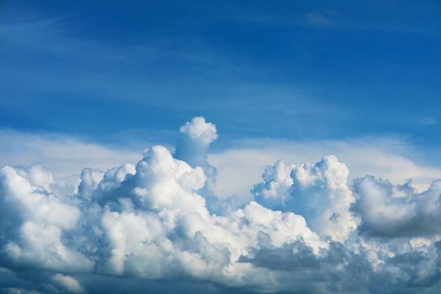 Zuivere blauwe lucht enorme witte wolk en zonlicht en zachte wolk aan de hemel