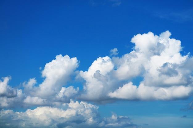 Zuivere heldere mooie blauwe lucht witte wolk in de herfst en zonlicht glanzend op een dag