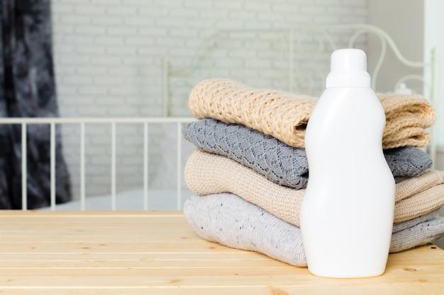 Zuivere kleding met afwasmiddel