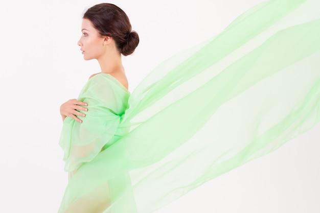 Zuivere schone schoonheid vrouw poseren met stof op wit