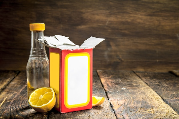 Zuiveringszout met azijn en citroen. op houten tafel.