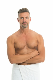 Zuiverste hygiënezeep. atletische man gewikkeld in een badhanddoek. sexy man met fit torso geïsoleerd op wit. huidsverzorging. persoonlijke hygiëne gewoontes. hygiëneproducten. cosmetica en toiletartikelen. hygiëne en gezondheid.