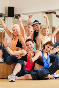 Zumba of jazzdance - jonge mensen die dansen in de studio