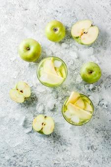 Zure appelcocktail of doordrenkt detoxwater, koude zomerdrank.