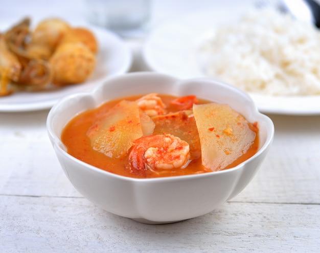 Zure curry met papaja en garnalen