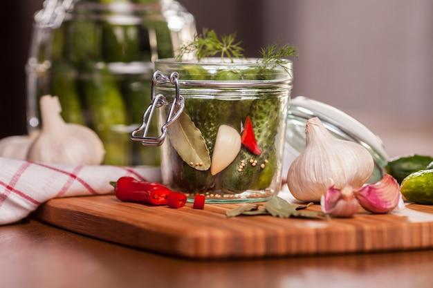 Zure komkommers bereiden in de keuken