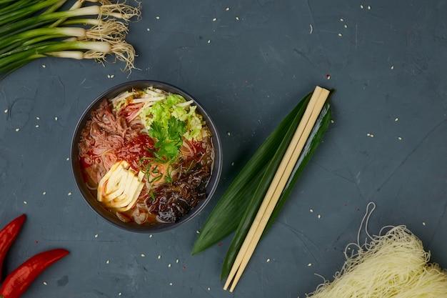 Zure pittige soep, chinese keuken, concrete achtergrond
