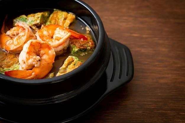 Zure soep gemaakt van tamarindepasta met garnalen en groentenomelet. aziatische eetstijl