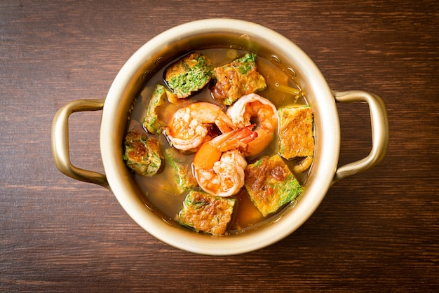 Zure soep gemaakt van tamarindepasta met garnalen en groentenomelet