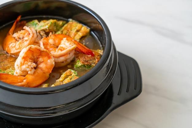 Zure soep gemaakt van tamarindepasta met garnalen