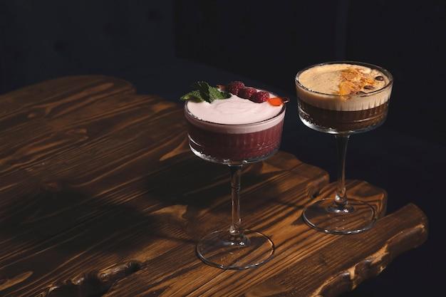 Zure trendy drankjes met eischuim en vulling