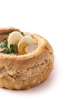 Zurek traditionele poolse soep geïsoleerd op een witte achtergrond