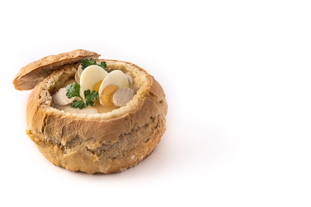 Zurek. traditionele poolse soep geïsoleerd op wit