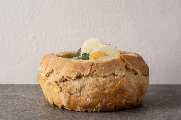 Zurek traditionele poolse soep op een stenen tafel