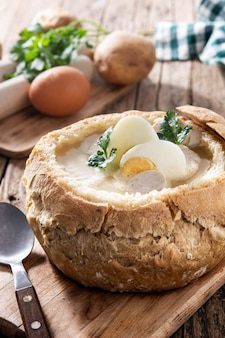 Zurek. traditionele poolse soep op houten tafel