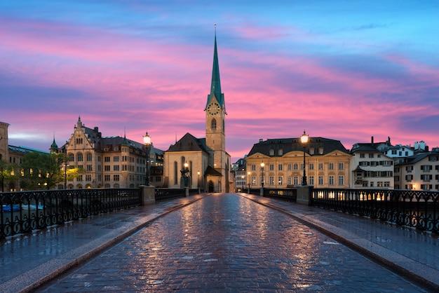 Zürich. beeld van zürich, hoofdstad van zwitserland, tijdens dramatische zonsondergang.