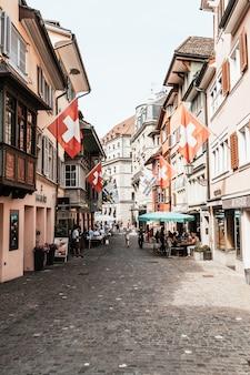 Zürich, zwitserland - 23 augustus 2018: augustinergasse voetgangersstraat met kleurrijke gebouwen met café en restaurants in het oude centrum van zürich in zwitserland