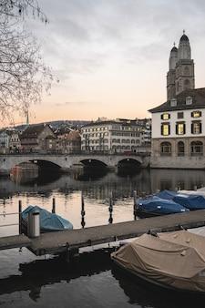 Zürich, zwitserland met munsterbrucke-brug over limmat-rivier