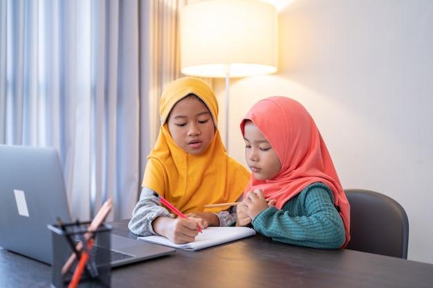 Zus helpt elkaar 's avonds thuis aan huiswerk