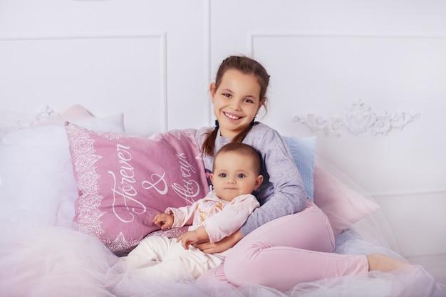Zus knuffels kleine zusje. jeugd en opleiding.