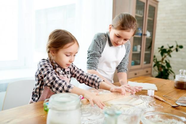 Zusjes die cake voorbereiden