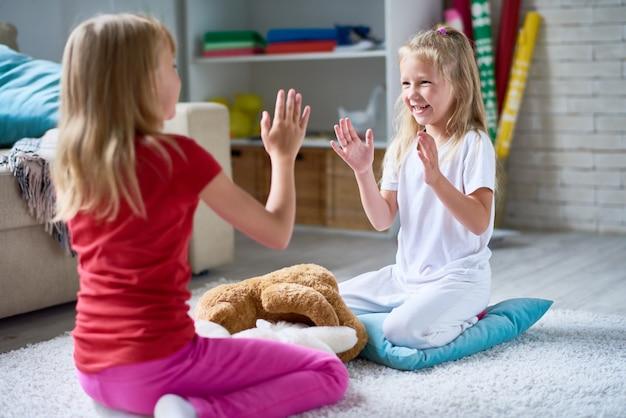 Zusjes spelen klappen spel