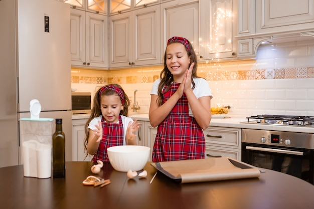Zussen thuis samen koken