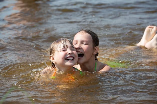 Zusters die samen in een rivier zwemmen