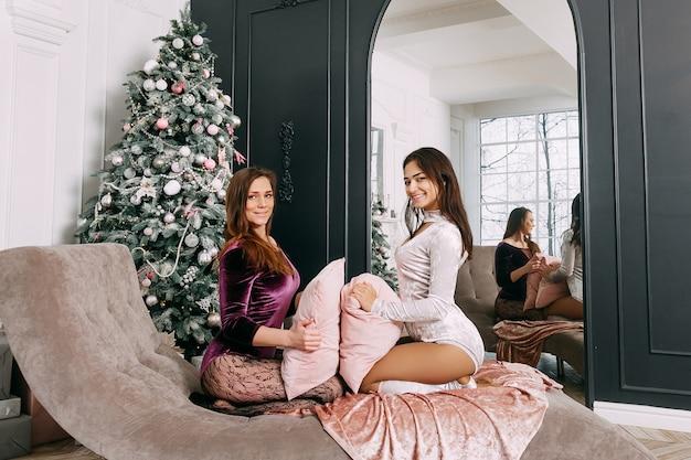 Zusters die samen kerstmis vieren