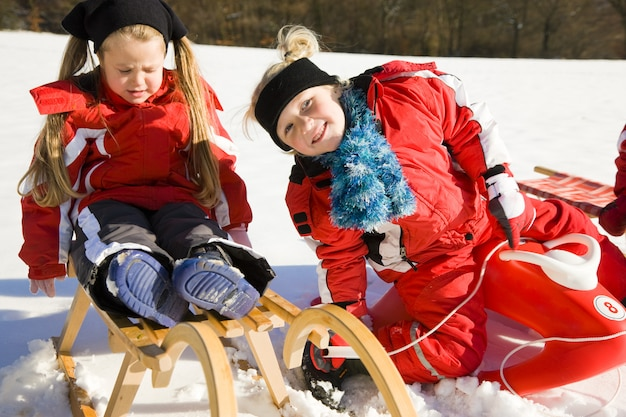 Zusters in de sneeuw op de rodelbaan