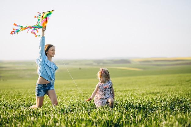 Zusters met vlieger in veld