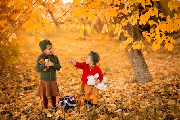 Zusters staan met pluche knuffels in het park