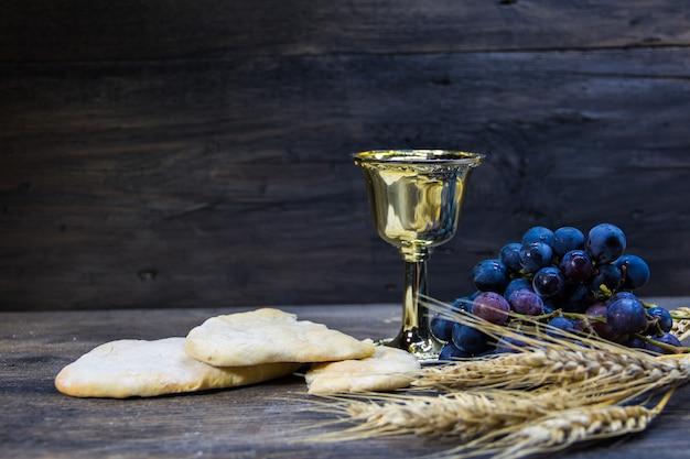 Zuur brood, wijn, druiven en tarwe symbool van christelijke communie