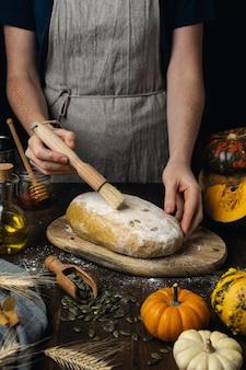 Zuurdesem biologisch rauw broodbrood, vrouwelijke handen