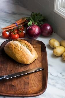 Zuurdesembrood op een houten snijplank