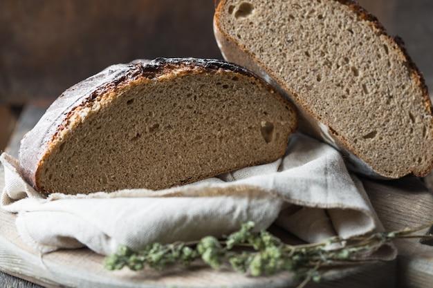 Zuurdesembrood. vers gebakken biologische tarwe bakken.