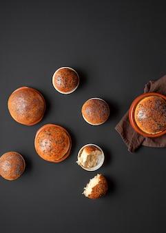 Zuurdesembroodjes in keramische bakjes
