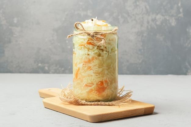 Zuurkool in een glazen pot op beton. gefermenteerd voedsel.