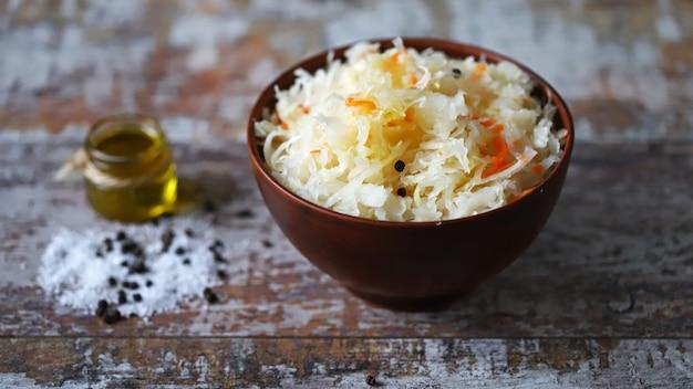 Zuurkool in een kom. probiotica gefermenteerd voedsel.