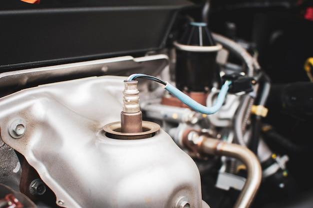Zuurstofsensor o2 in de uitlaatpijp voor het berekenen van de ingrediënten in het motorsysteem.
