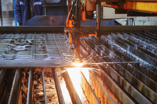 Zuurstoftoorts snijdt staalplaat. cnc gas snijmachine. heldere bundel vonken van gesmolten metaal