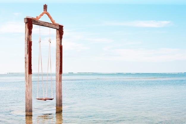 Zwaai boven de zee op het eiland gili trawangan in lombok, indonesië