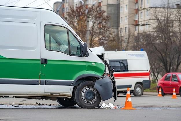 Zwaar beschadigde auto na auto-ongeluk op een stadsstraat.