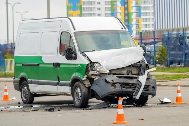 Zwaar beschadigde auto na auto-ongeluk op een straat in de stad.