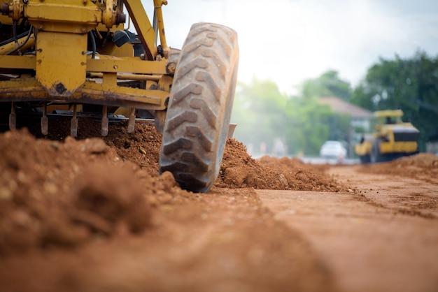 Zwaar materieel op de wegenbouwplaats op de bouwplaats